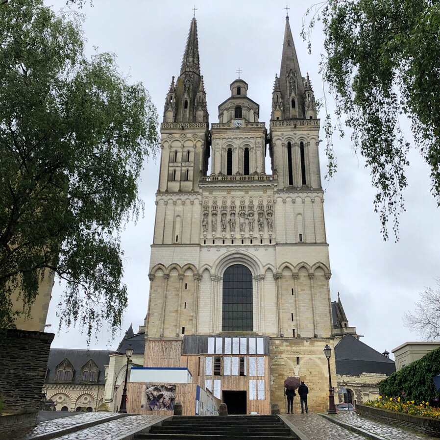 cathedrale d angers loire a velo